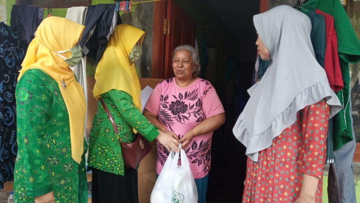 Photo of Wanita PUI Majalengka Bagikan Sembako Untuk Ringankan Rakyat Miskin Terdampak Covid-19