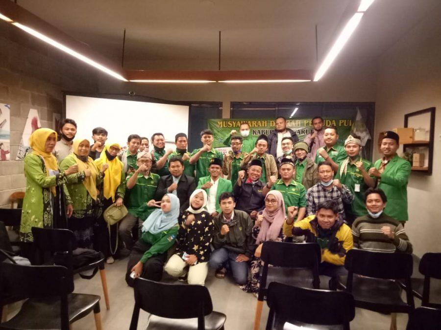 Sejumlah peserta Musda Pemuda PUI Kabupaten Garut foto bersama usai acara yang digelar di Up Normal Caffe, Sabtu (5/12). (Foto: Humas PUI)