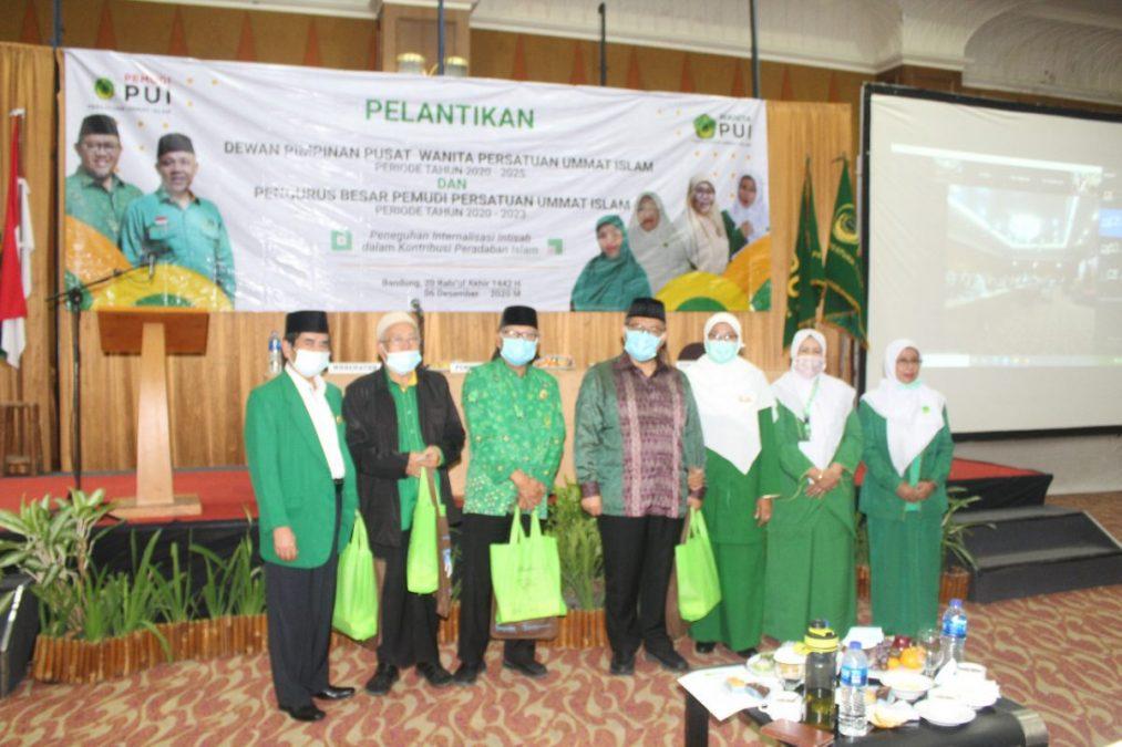 Pengurus DPP Wanita PUI dan PB Pemudi PUI foto bersama Ketua Majelis Syuro PUI, Dr. KH. Ahmad Heryawan, LC, M.Si, disela prosesi pelantikan di Grand Pasundan Convention Hotel Bandung, Minggu (6/12). (Foto: Humas PUI)