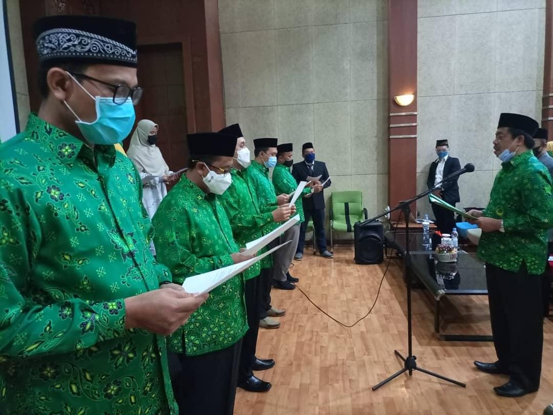 Pengambilan sumpah jabatan kepengurusan DPD PUI Kota Bandung Masa Bakti Tahun 2020-2023 dalam acara pelantikan yang digelar Minggu (6/12). (Foto: Humas PUI)