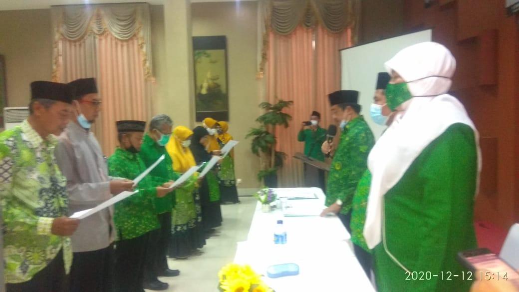 Ketua PD PUI Subang yang baru beserta pengurus lainnya saat diambil sumpah jabatannya dalam Musda ke-VI di Grant Hotel Subang, Sabtu (12/12). (Foto: Humas PUI)