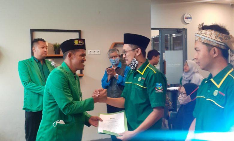 Ketua PW Pemuda PUI Jawa Barat mengucapkan selamat kepada pengurus PD Pemuda PUI Kabupaten Garut Periode 2021-2024 yang baru dilantik, Sabtu (27/3/2021). (Foto: Humas PUI)