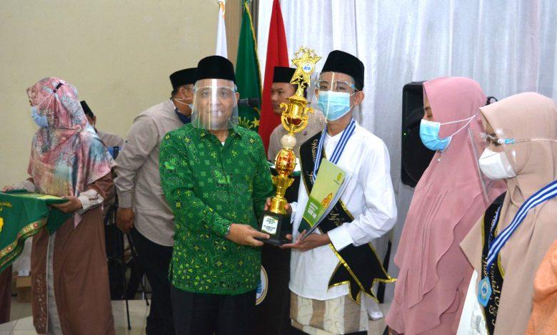 Ketum DPP PUI Nurhasan Zaidi memberikan piala kepada siswa berprestasi saat acara wisuda MTs Daarul Uluum PUI